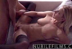 Loira linda no videosexo dando para um macho