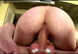 Sexohot empregada rabuda cavalgando no pau de seu patrão